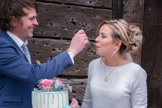 Ehepaar isst Hochzeitstorte – gesehen bei frauimmer-herrewig.de