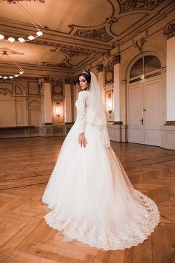 Brautkleid mit Schleppe und Spitze – gesehen bei frauimmer-herrewig.de