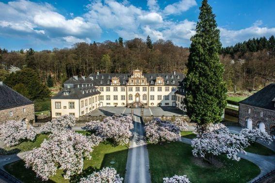 Schloss Ehreshoven Außenansicht mit Parkanlage – gesehen bei frauimmer-herrewig.de