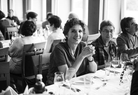 Schwarz-Weiß Fotografie von Hochzeitsgästen – gesehen bei frauimmer-herrewig.de