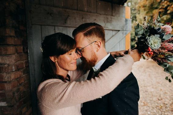 Ehepaar vor grüner Holztür – gesehen bei frauimmer-herrewig.de