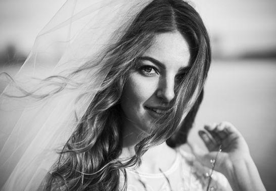 Braut in Schwarz-Weiß-Fotografie – gesehen bei frauimmer-herrewig.de