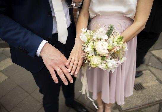 Brautpaar zeigt Eheringe – gesehen bei frauimmer-herrewig.de