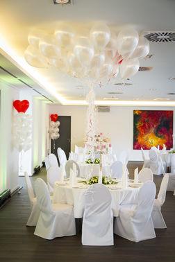 Hochzeitslocation mit weißen Ballons – gesehen bei frauimmer-herrewig.de
