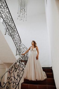 Braut in Treppenaufgang – gesehen bei frauimmer-herrewig.de