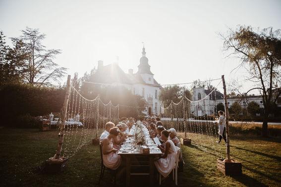 Freie Trauung Hochzeit draussen Tischdeko Blumen Be Unique Koeln – gesehen bei frauimmer-herrewig.de