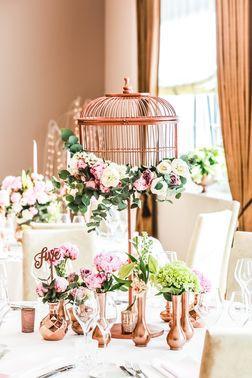 romantische Tischdekoration in Rosa und Weiß – gesehen bei frauimmer-herrewig.de