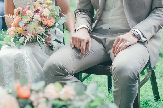 Braut und Bräutigam bei der Freie Trauung – gesehen bei frauimmer-herrewig.de