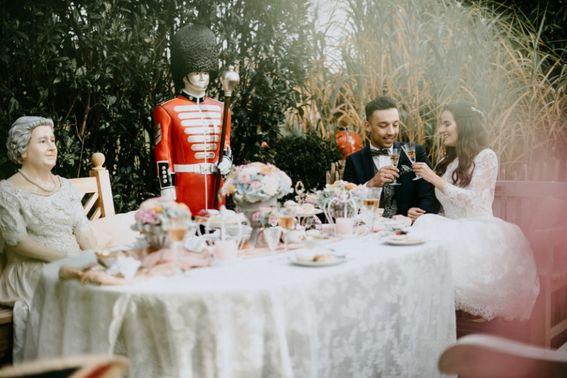 Brautpaar im Garten der Hochzeitslocation - Foto: ©ohlucywedding – gesehen bei frauimmer-herrewig.de