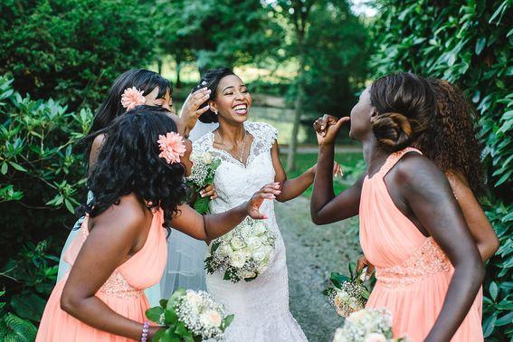 Brautjungfern lachen mit der Braut – gesehen bei frauimmer-herrewig.de