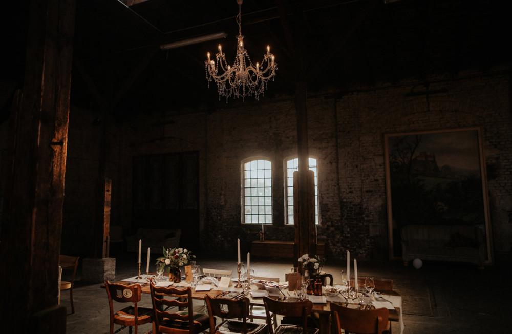 Gare du Neuss festliche Tischdekoration Kronleuchter Hochzeitslocation
