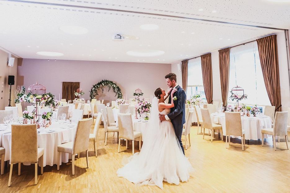 Hotel zur Post Saal mit Brautpaar Teaser