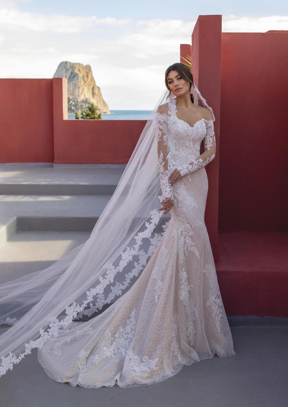 Hochzeitskleid und lange Schleppe mit Spitze – gesehen bei frauimmer-herrewig.de