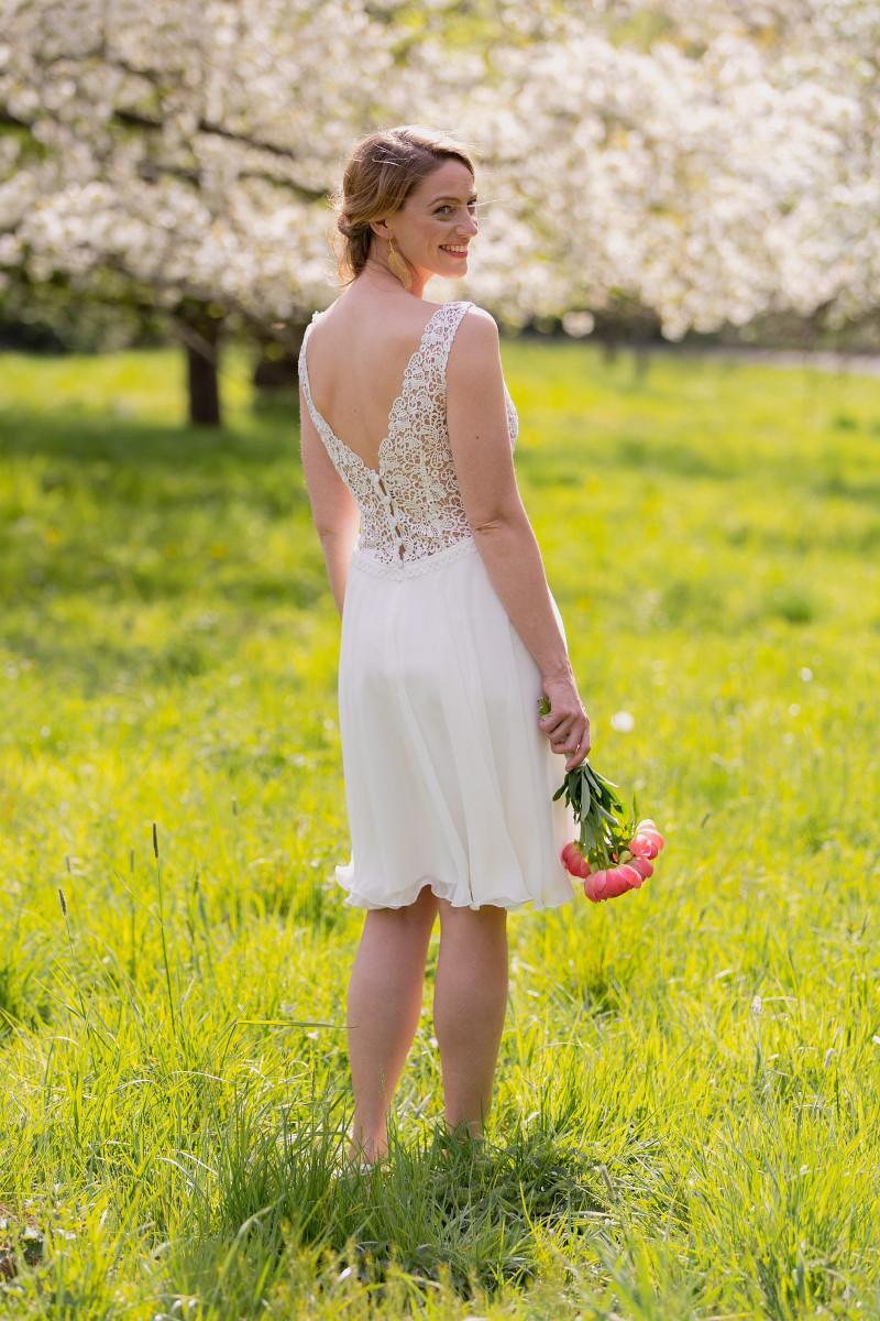 Hochzeitskleid mit Chiffon-Rock und tiefem Rückenausschnitt – gesehen bei frauimmer-herrewig.de