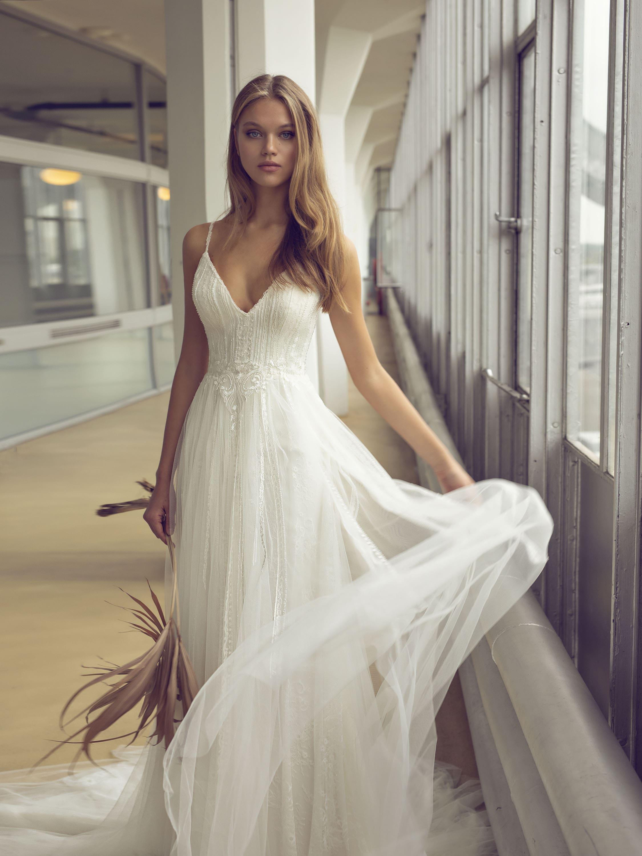 romantisch-feminines Hochzeitskleid mit leichtes Stoff – gesehen bei frauimmer-herrewig.de