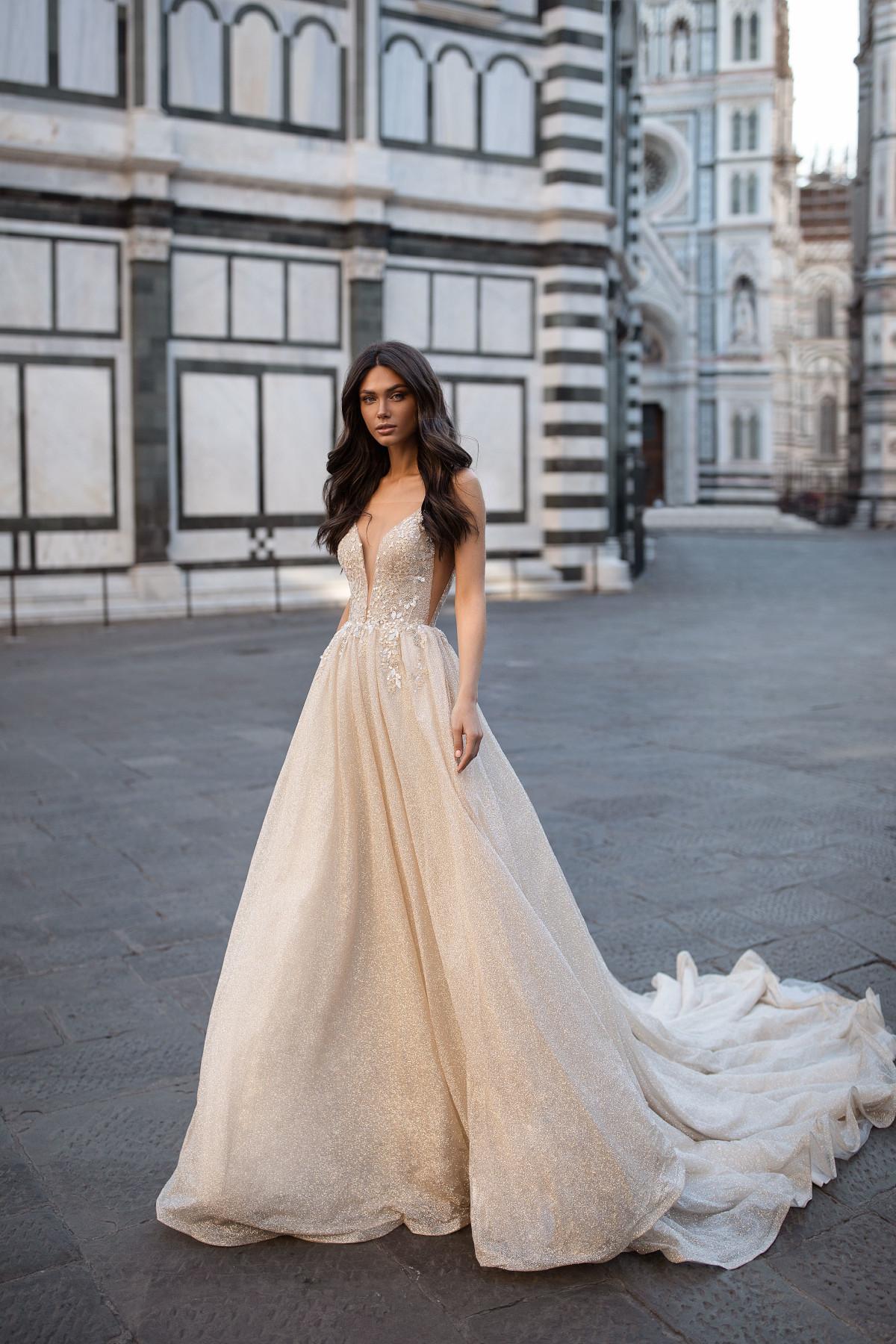 Hochzeitskleid mit langer Schleppe und Applikationen – gesehen bei frauimmer-herrewig.de