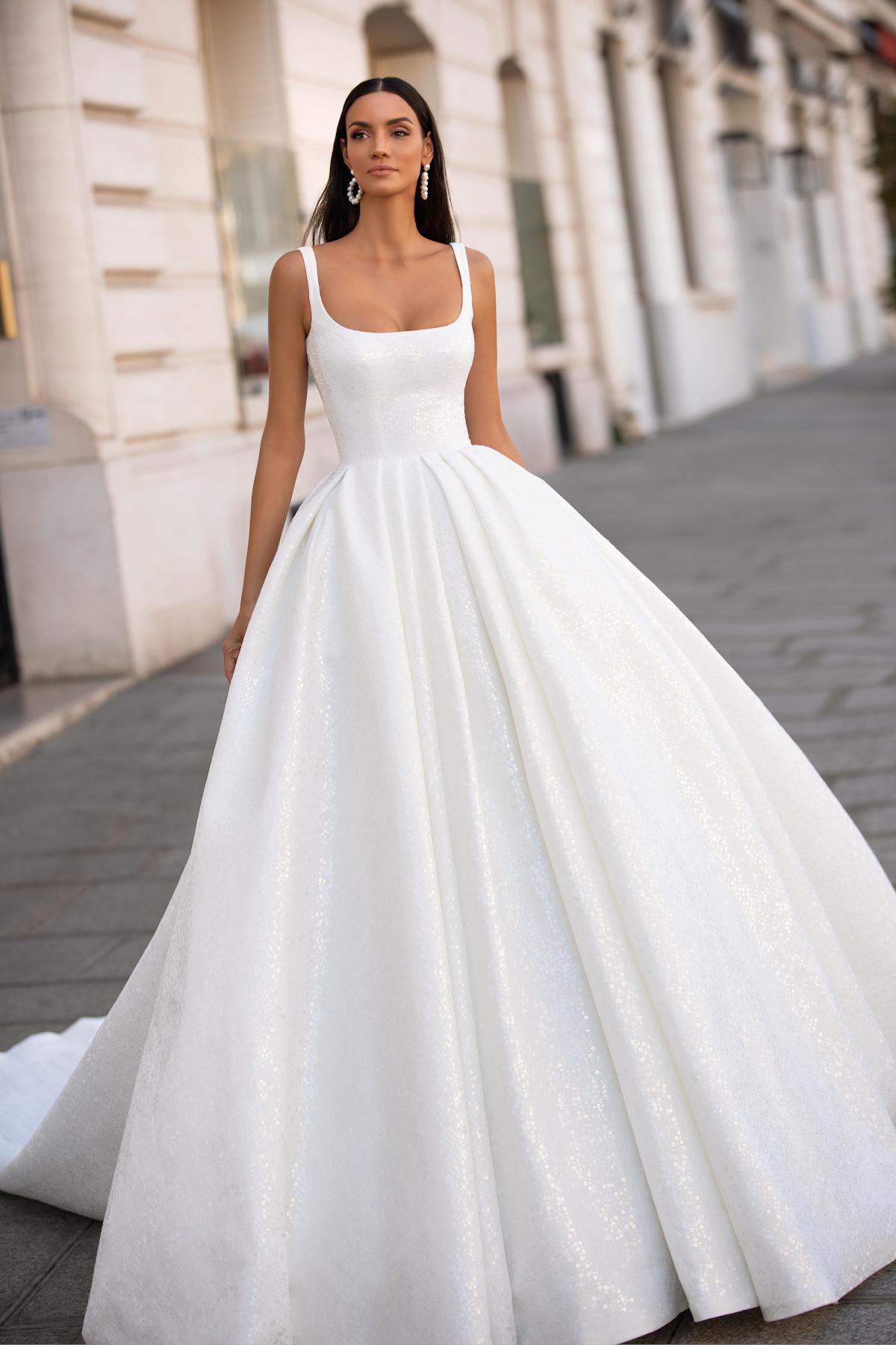 schlichtes weißes Hochzeitskleid mit ausladendem Rock – gesehen bei frauimmer-herrewig.de