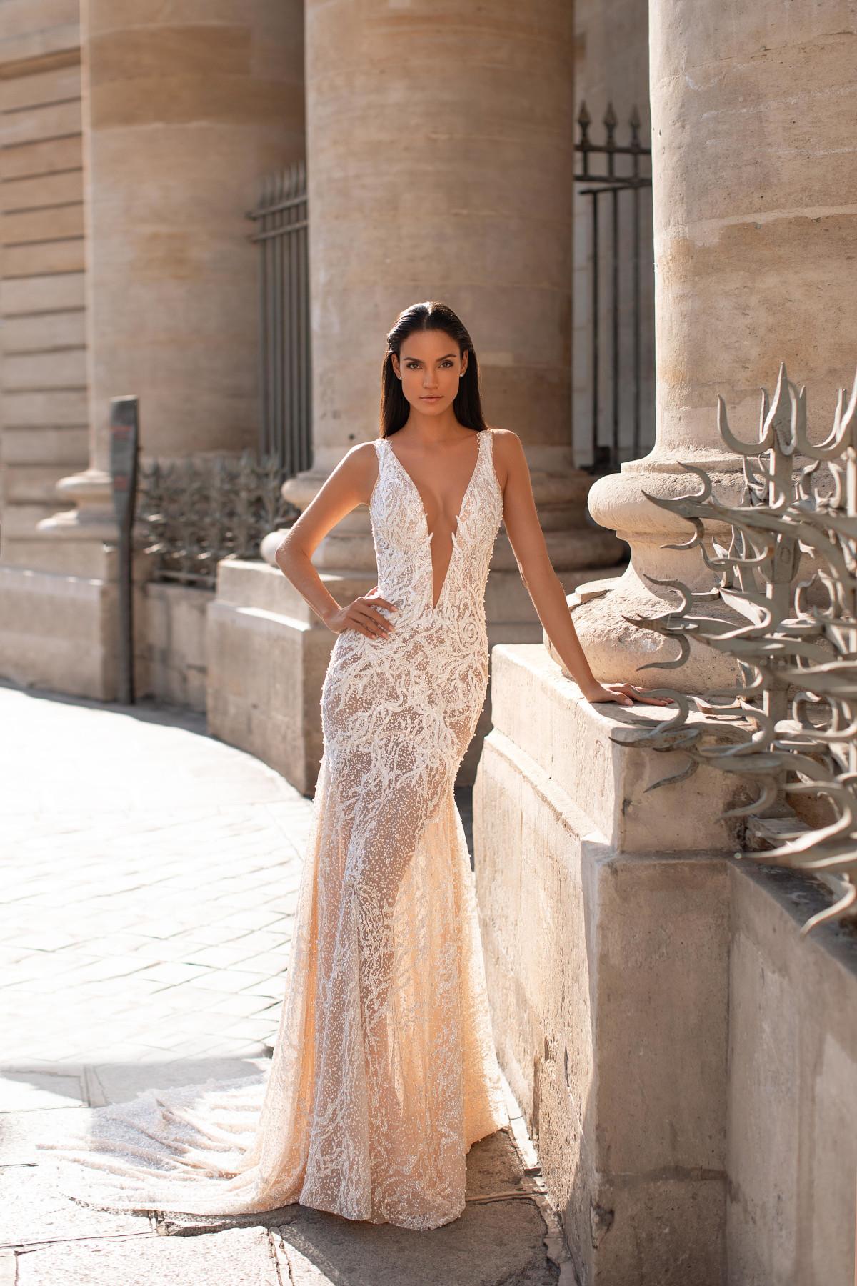 figurbetontes, verführerisches Hochzeitskleid mit Cut-Outs – gesehen bei frauimmer-herrewig.de