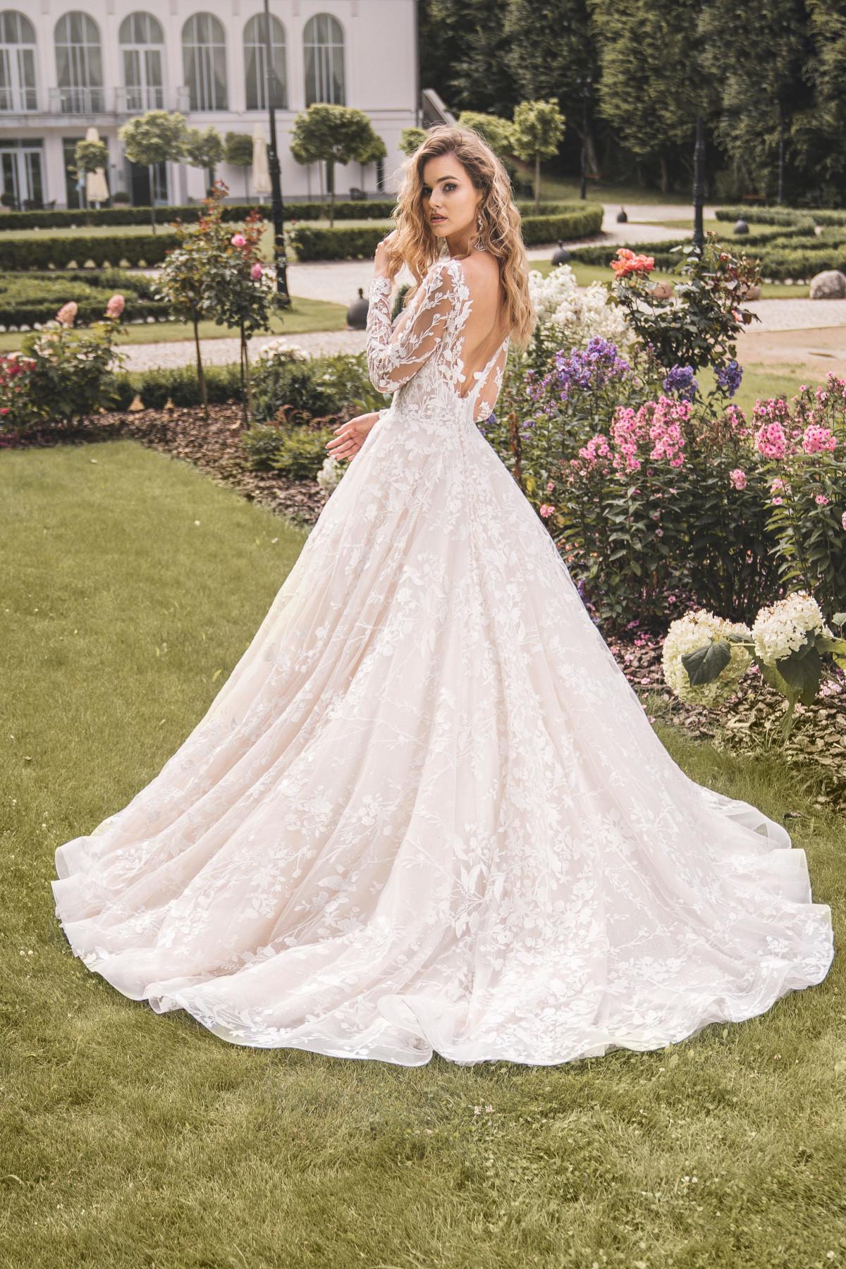 Hochzeitskleid mit langer Schleppe und ausladendem Rock – gesehen bei frauimmer-herrewig.de