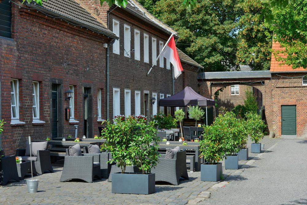 Innenhof der Hochzeitslocation Eltzhof – gesehen bei frauimmer-herrewig.de