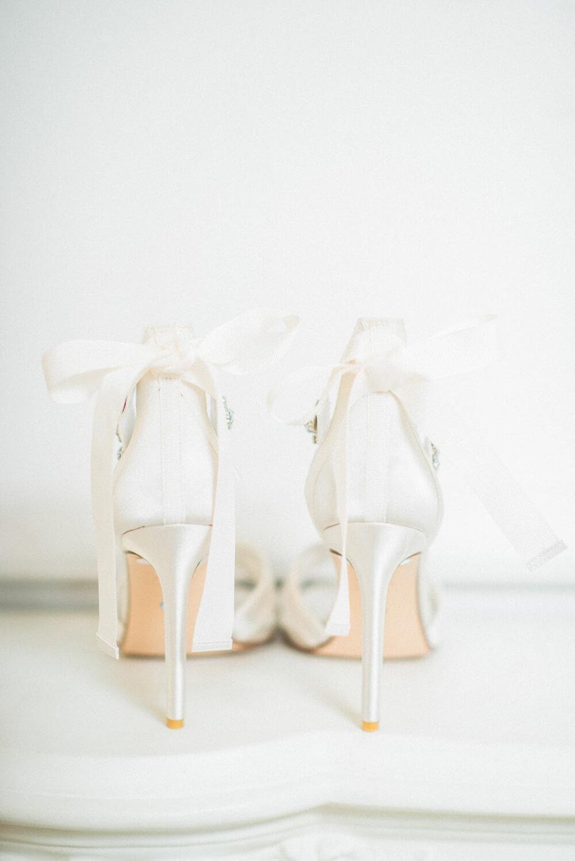 Romantische Brautschuhe mit Schleife – gesehen bei frauimmer-herrewig.de