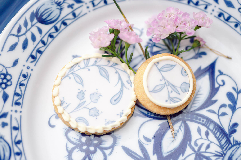 Hochzeitsgebäck mit blau-weißem Muster – gesehen bei frauimmer-herrewig.de