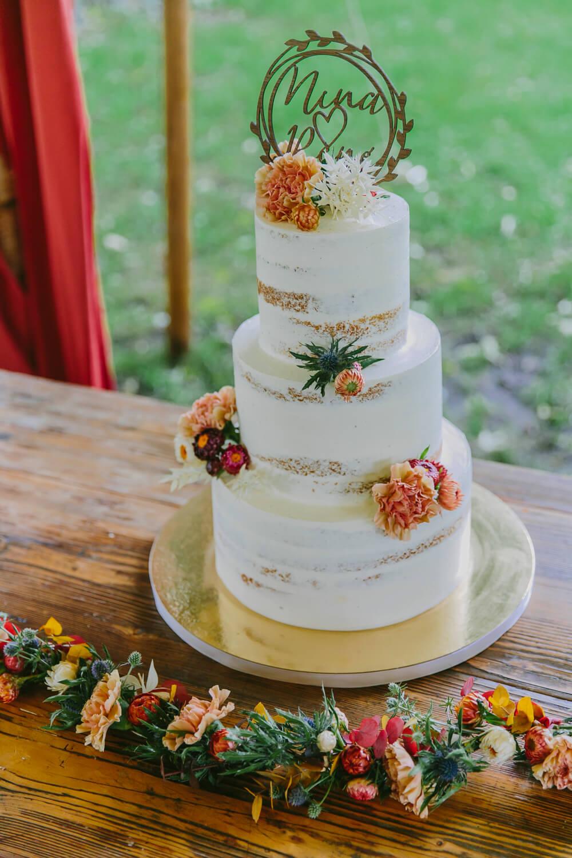 Hochzeitstorte mit floraler Verzierung – gesehen bei frauimmer-herrewig.de