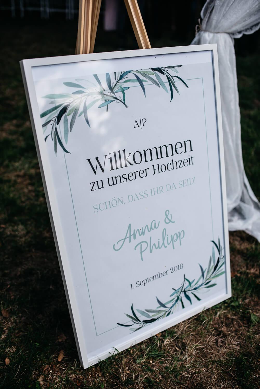 Willkommensschild Hochzeitsfeier – gesehen bei frauimmer-herrewig.de
