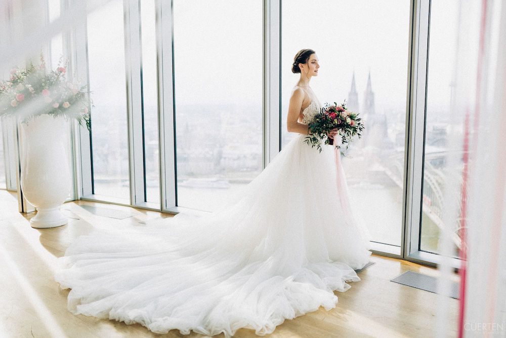 Brautkleid mit ausladender Schleppe  – gesehen bei frauimmer-herrewig.de
