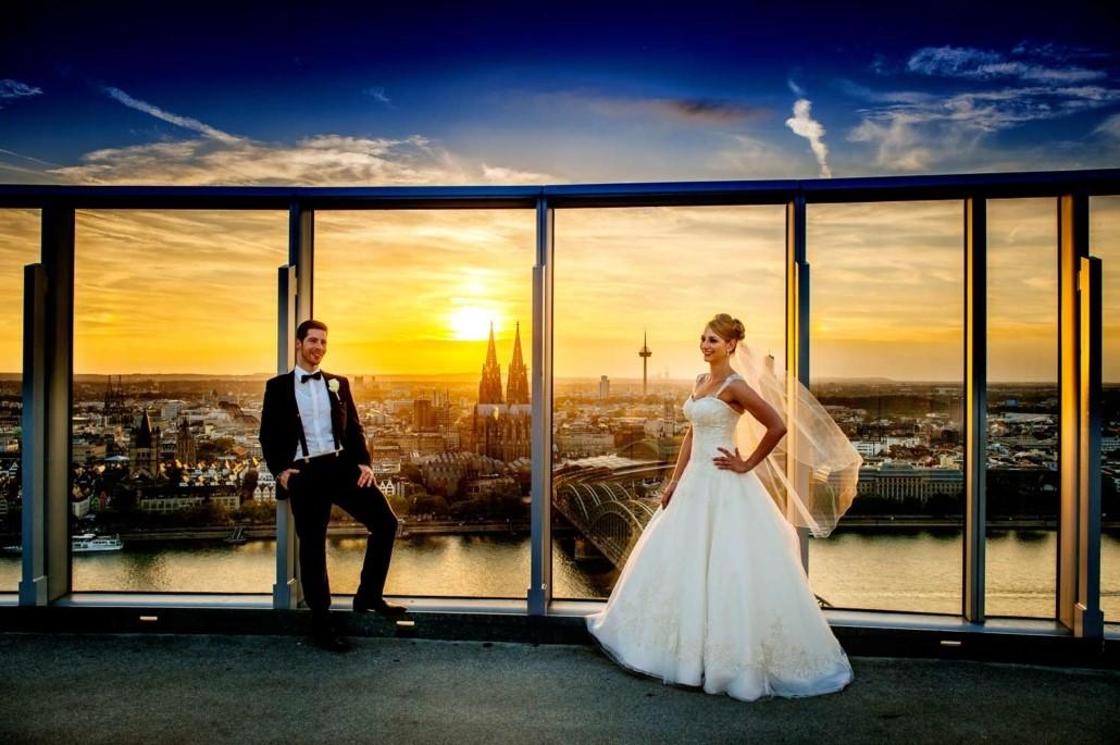 Brautpaar auf Dachterrasse mit Blick auf Köln – gesehen bei frauimmer-herrewig.de