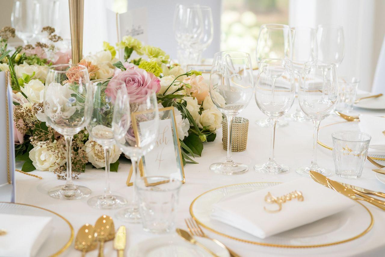Elegante Tischdeko mit Rosen – gesehen bei frauimmer-herrewig.de
