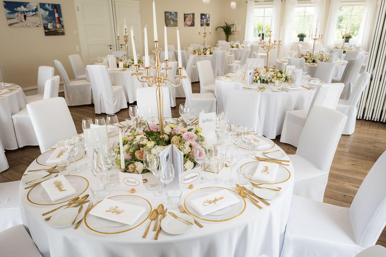 Elegante Tischdeko in gold-weiß – gesehen bei frauimmer-herrewig.de