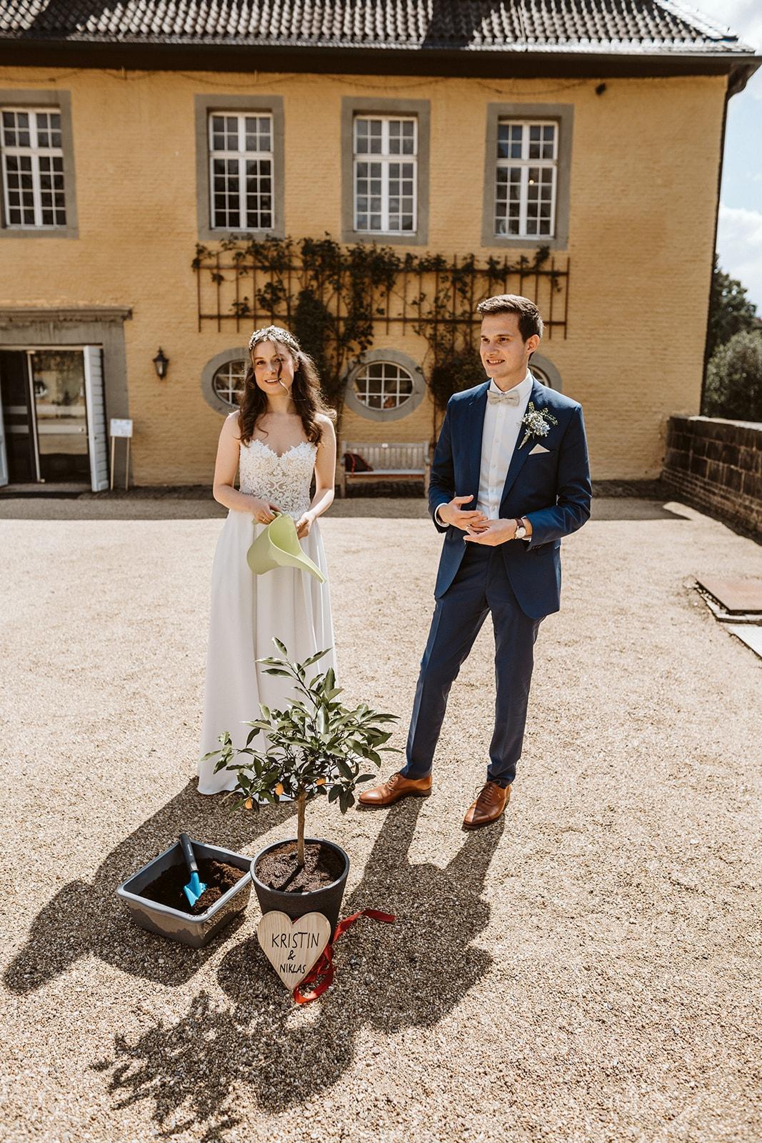 Baum pflanzen am Hochzeitstag – gesehen bei frauimmer-herrewig.de