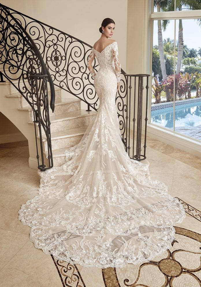 Langes fließendes Brautkleid mit Schleppe und transparenter Spitze – gesehen bei frauimmer-herrewig.de