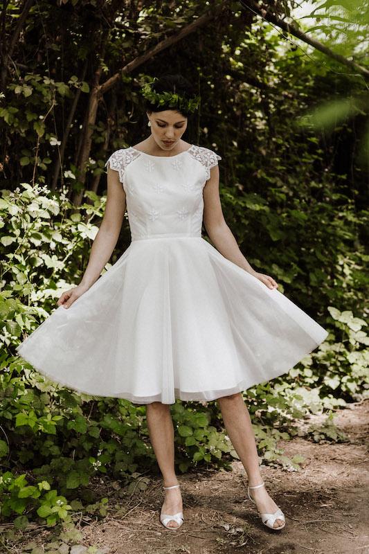 Kurzes Hochzeitskleid mit ausgestelltem Rock – gesehen bei frauimmer-herrewig.de