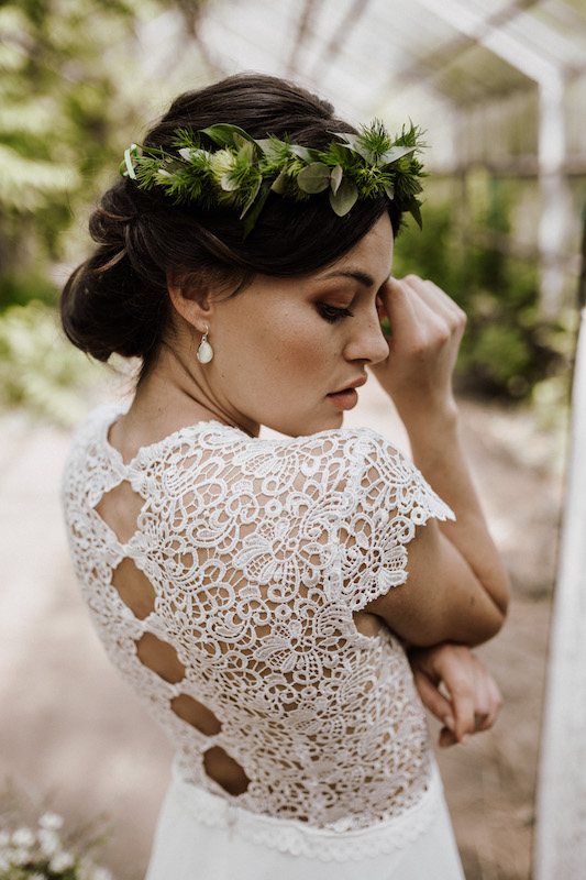 Boho Brautkleid mit Spitze und außergewöhnlichem Rückenausschnitt – gesehen bei frauimmer-herrewig.de