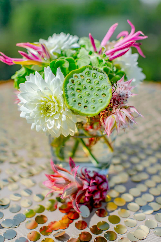 Hochzeitsdeko mit bunten Blumen und Pailletten – gesehen bei frauimmer-herrewig.de