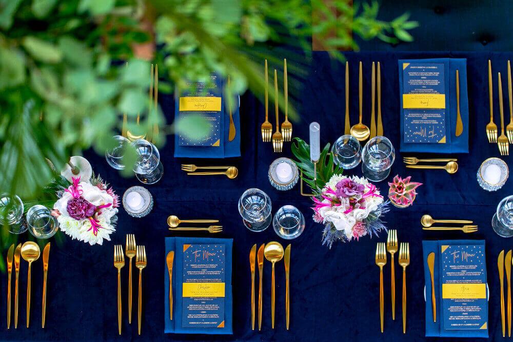 Elegantes Tischservice in Gold und Nachtblau – gesehen bei frauimmer-herrewig.de