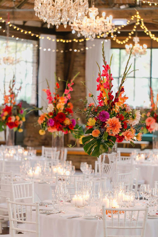 Tischdeko für die Hochzeit mit bunten Blumen – gesehen bei frauimmer-herrewig.de