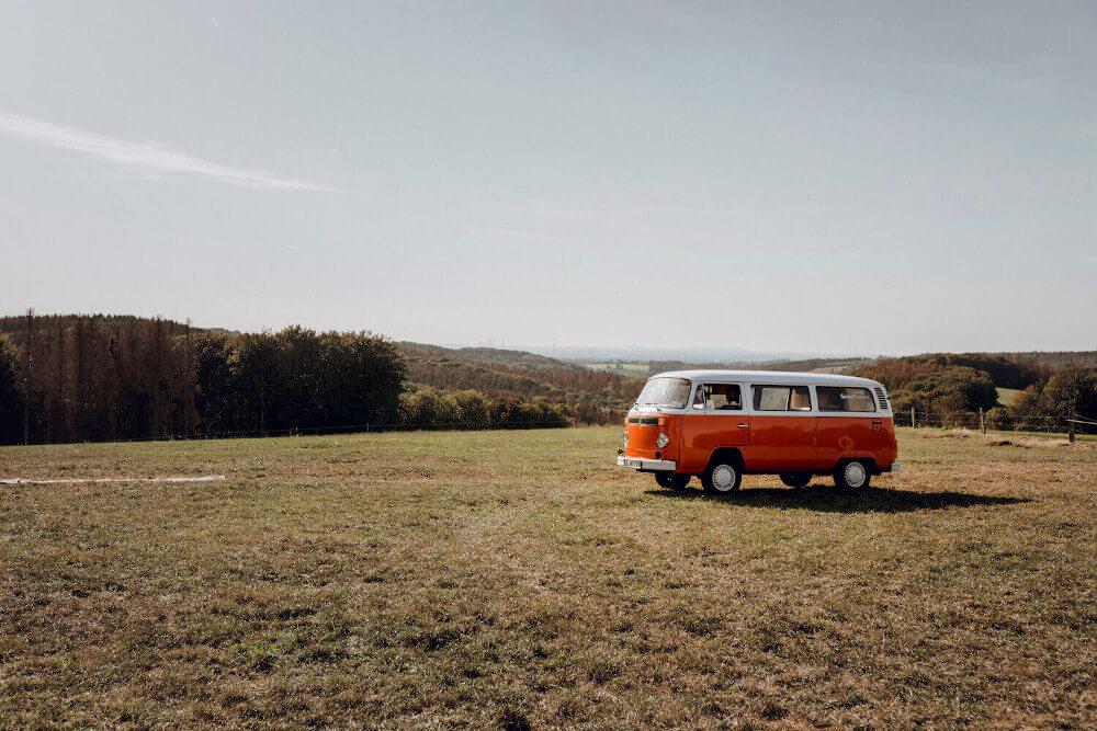 Outdoor Hochzeitsfeier mit VW Bus – gesehen bei frauimmer-herrewig.de