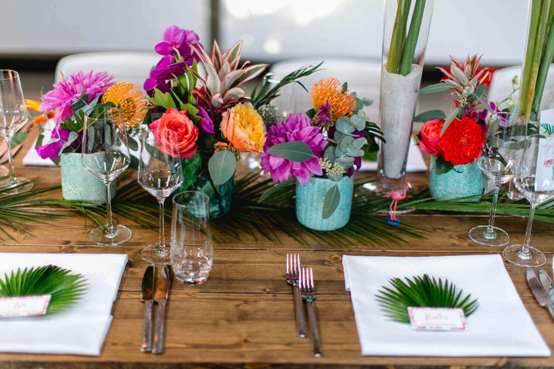 Tischdeko mit Flamingos und bunten Blumen – gesehen bei frauimmer-herrewig.de