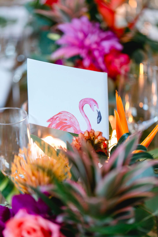 Hochzeits Tischdeko mit Flamingos und tropischen Blumen – gesehen bei frauimmer-herrewig.de