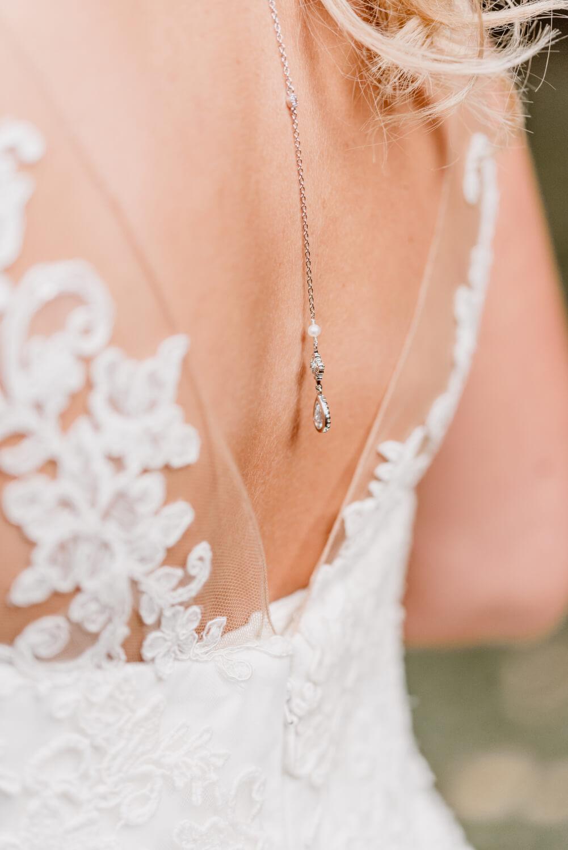 Hochzeitskleid mit Rückenausschnitt und Kette – gesehen bei frauimmer-herrewig.de