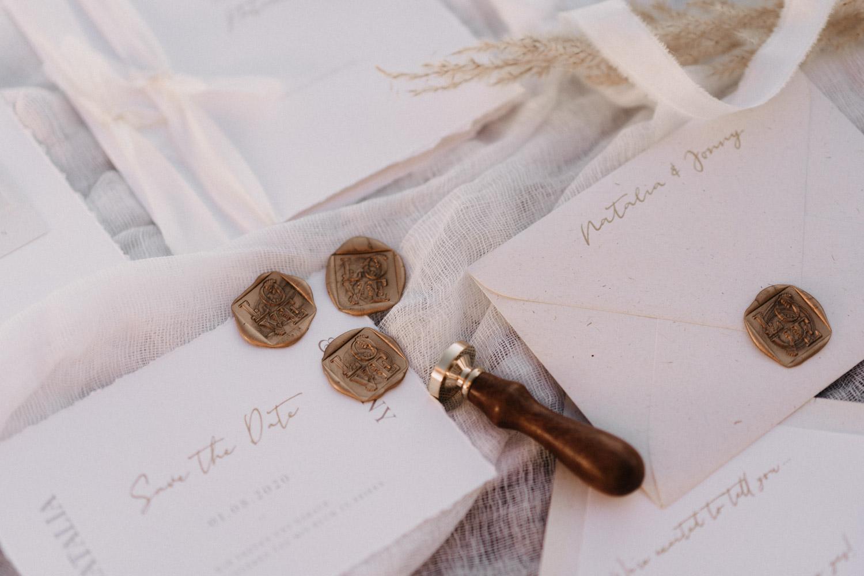 weiße Hochzeitseinladungen mit Siegel – gesehen bei frauimmer-herrewig.de