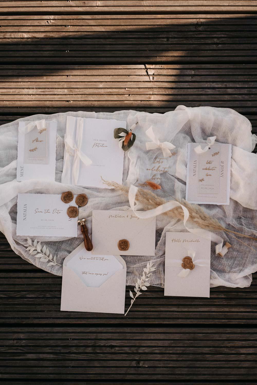 weiß-goldene Papeterie für die Hochzeit – gesehen bei frauimmer-herrewig.de