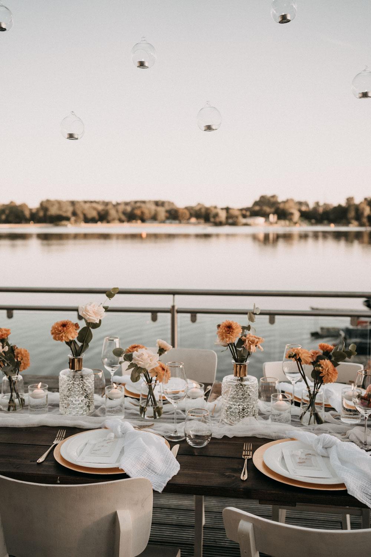 Tischdekoration für die Hochzeit am See – gesehen bei frauimmer-herrewig.de