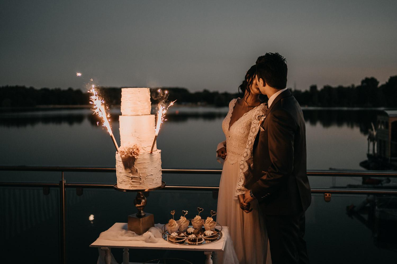 Dreistöckige Hochzeitstorte mit Wunderkerzen anschneiden – gesehen bei frauimmer-herrewig.de