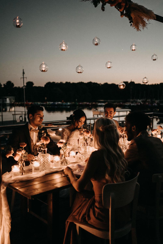 Hochzeitsdinner im Freien mit Lichterketten – gesehen bei frauimmer-herrewig.de