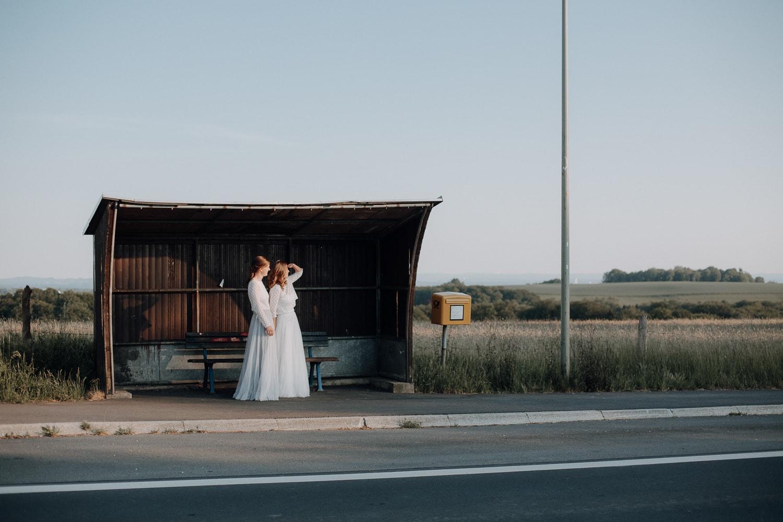 Hochzeits-Fotoshooting an der Straße – gesehen bei frauimmer-herrewig.de