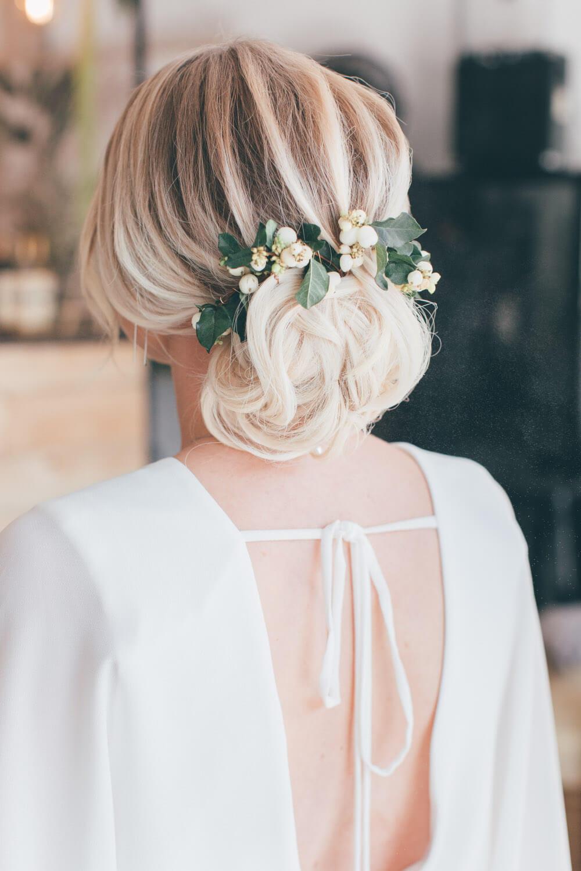 Romantische Brautfrisur mit floralen Highlights – gesehen bei frauimmer-herrewig.de